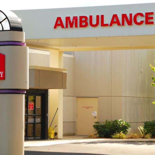 20478373 – emergency room entrance to a hospital